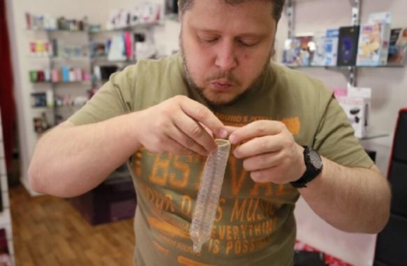 не ошибитесь и проверьте презерватив на целостность